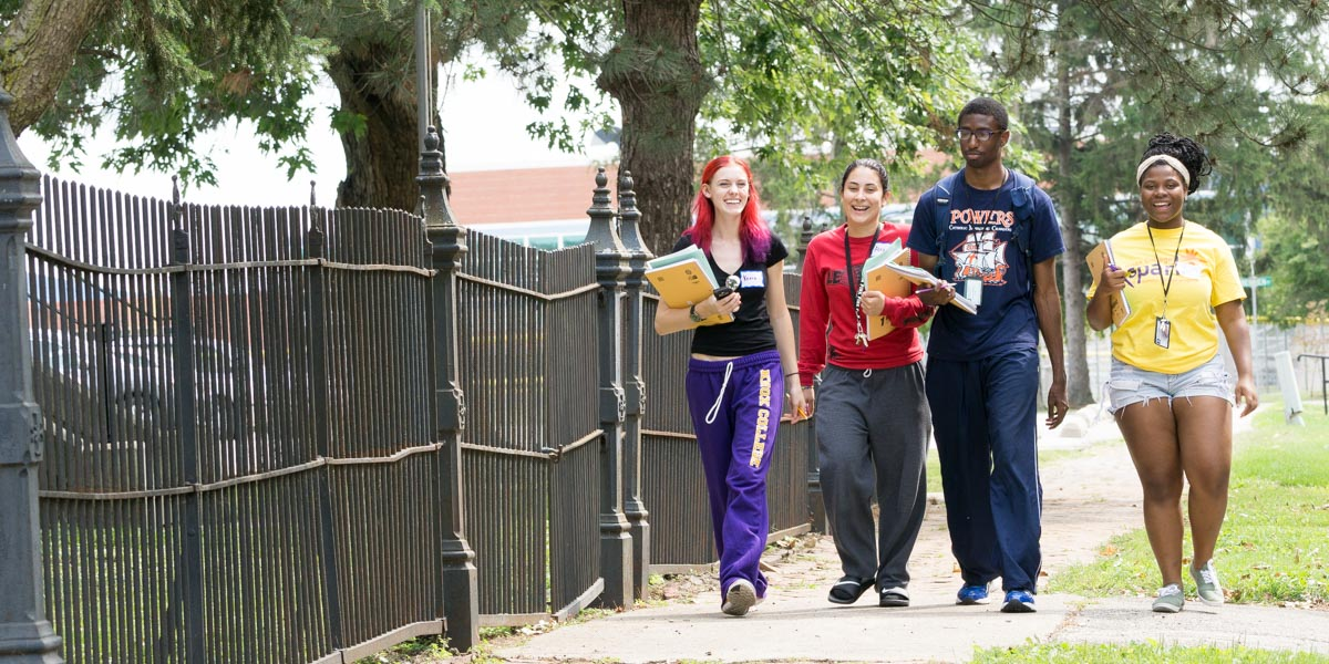 New Knox College student explore campus together