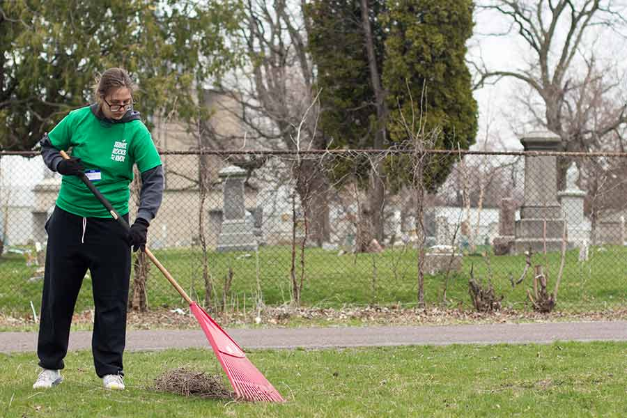 Student volunteers at Hope Cemetery